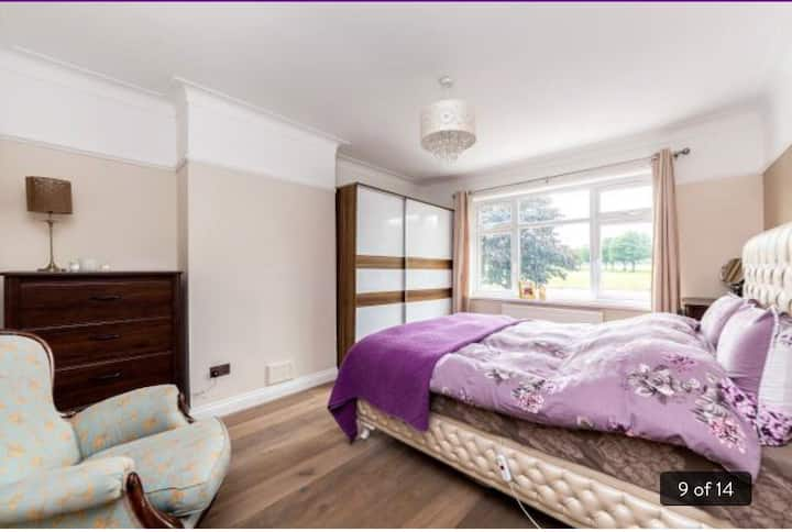 Double room in a Chic house, Piccadilly Line
