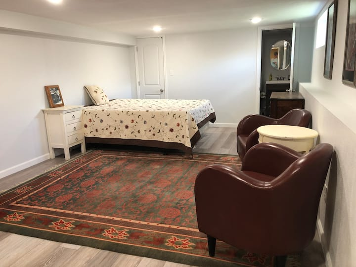 Uptown Furnished Studio 2 Blocks to Hospital