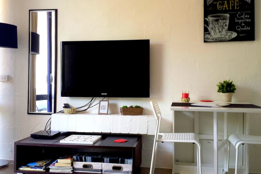 Great flatscreen tv with lots of dvd's