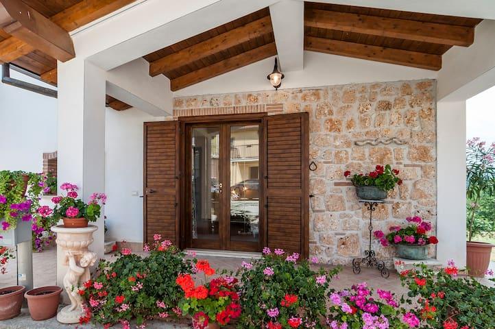 """Monnalisa"" (intera casa- casa vacanze)"