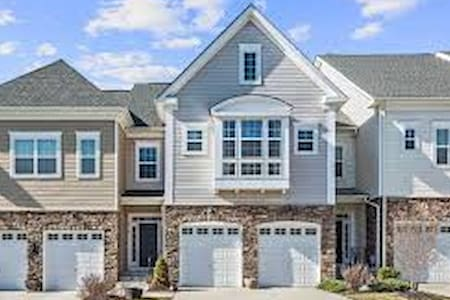 Stunning Luxury Townhome in Lakeside Community