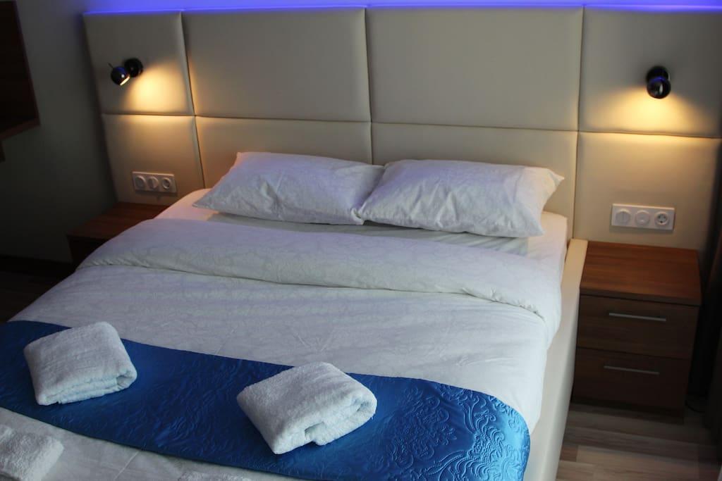 Широкая двуспальная кровать . Приятное бельё «Бриллиант», одеяло из лебяжьего пуха премиум класса, комфортные подушки «Жираф»