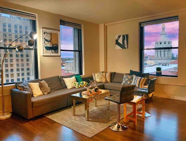 3 Bed Condo w/Downtown Views. CLOSE TO EVERYTHING!