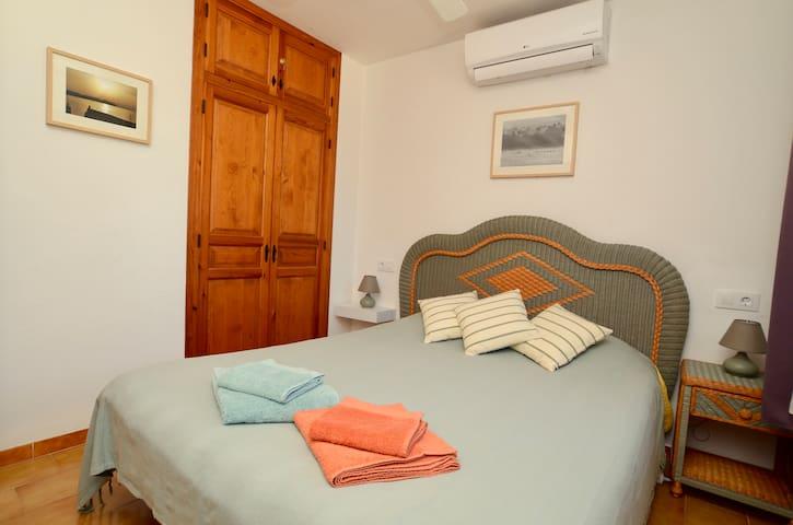 Chambre 1 : Lit 150 x 200  Air conditionné Ventilateur  Moustiquaire Volets persiennes orientables   Armoire avec étagères et penderie