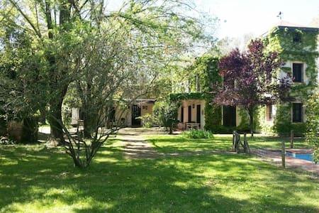 Auténtica casa de campo con hermosa vegetación. - Villa Ruiz - Ház
