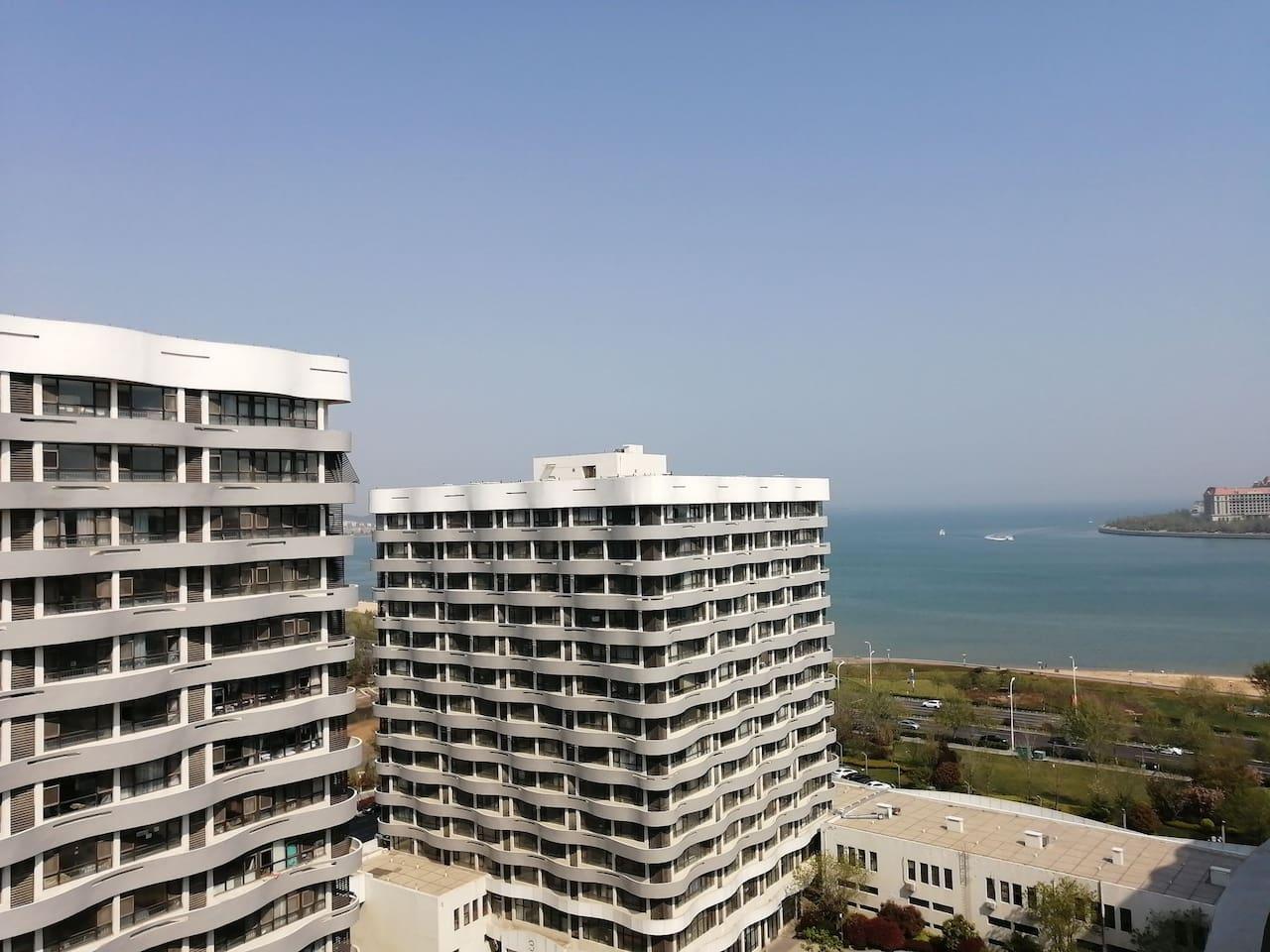 坐在公寓室内美丽海景尽收眼底…