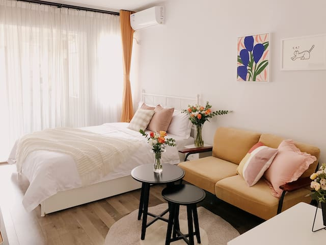 精选北欧品牌家具,选用多款实木家具更加环保无甲醛,为您打造一个兼具美观与舒适度的宜居空间