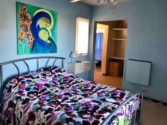 Dormitorio cama doble con vestidor y baño compartimentado y en suite
