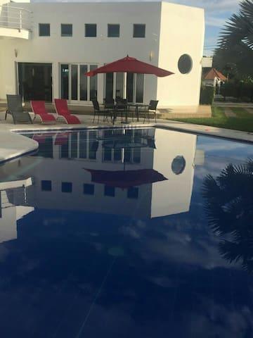 Casa vacacional con piscina - Carmen de Apicalá - Rumah