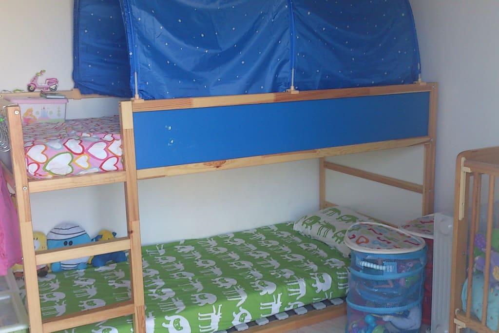habitación con literas y cuna