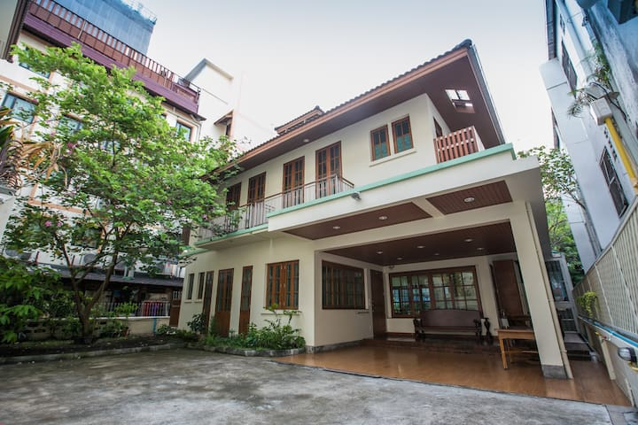Villa 4 BR near BTS 1.5 km. to Siam Paragon & MBK