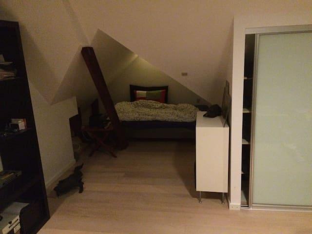 32 kvm værelse med 140cm seng og sofagruppe.