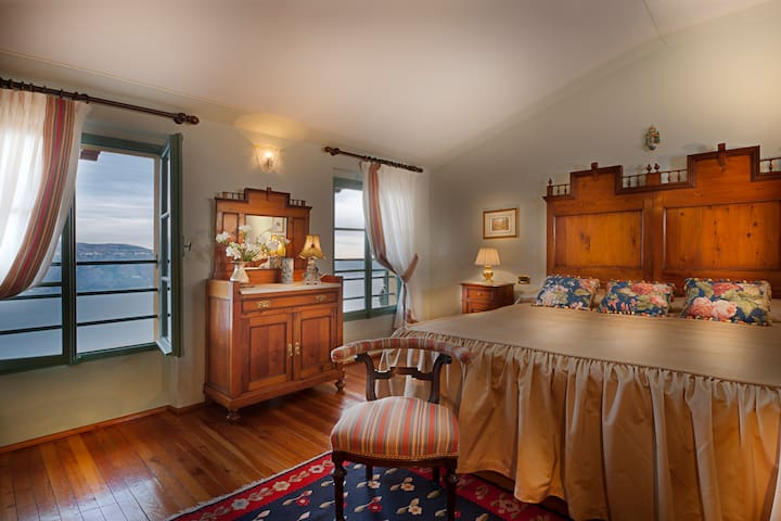 Junior Suite with lake view in the Villa