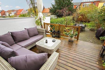 Hyggeligt byhus med egen have! Horsens Centrum - Horsens - Adosado