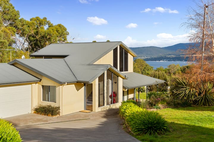 Bushland Retreat water views 20min to CBD sleeps 8