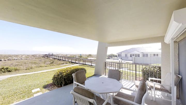 Bright 2 bedroom ground floor, ocean front condo with beach access and pool