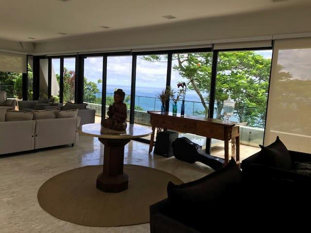 Suíte com vista ao mar em mansão no Joá.