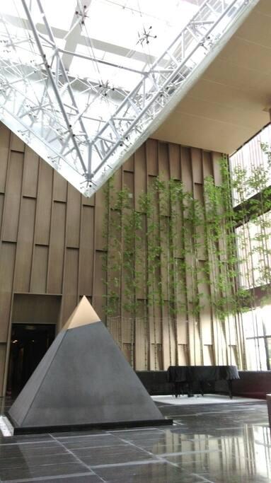 師承【貝律銘】建築大師,所設計的羅浮宮玻璃金字塔挑高大廳