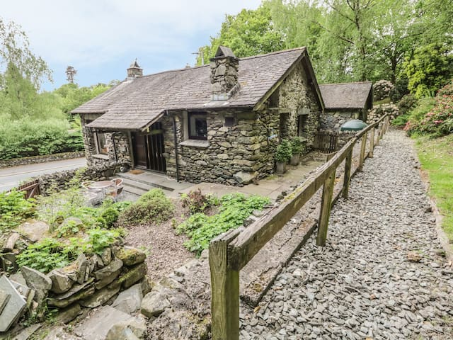 LOW BROW BARN, pet friendly, with open fire in Ambleside, Ref 972468