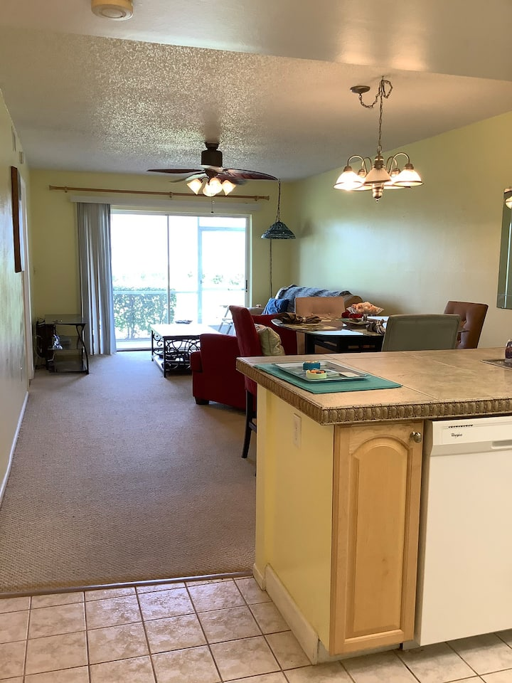 Cozy, clean condo in Ft. Myers. Close to the beach
