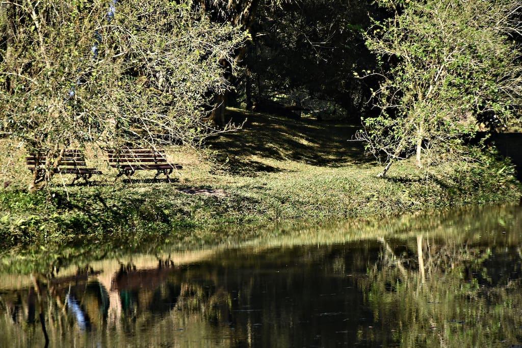 De dia o lago pode ser usado para pesca, contemplação, caiaque e nado. De noite  uma fogueira a beira da lagoa sempre cai bem.
