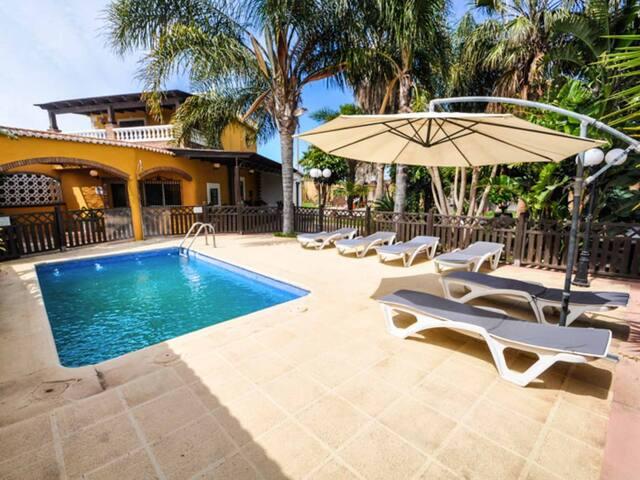 Magnífica villa con piscina, zoo, zona exterior 2000m2. Todo privado