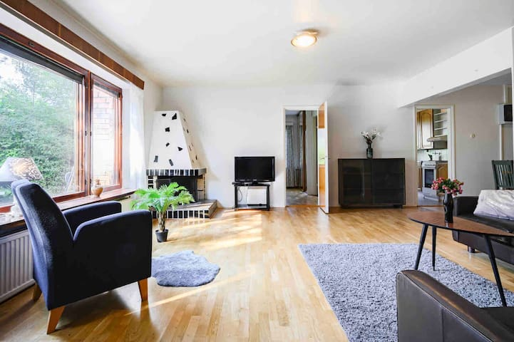 Cozy & spacious. Near airport and city centre.
