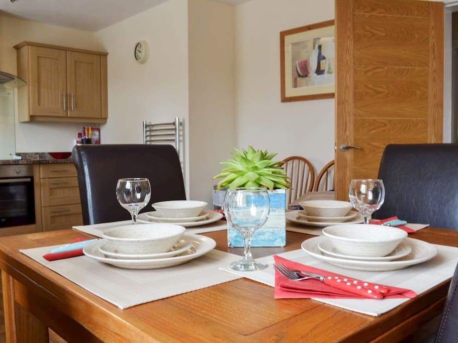 Extendable dining table, seating up to 6 comfortably