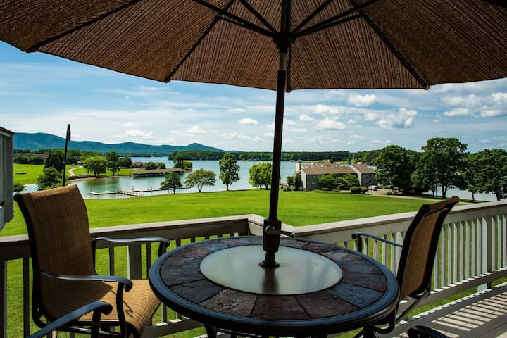Romantic Smith Mountain Lake Penthouse @Bernard's