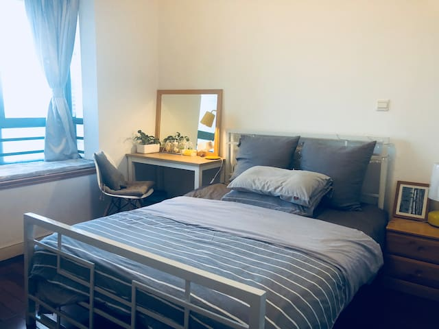 private/modern & spacious bedroom/2 mins to subway