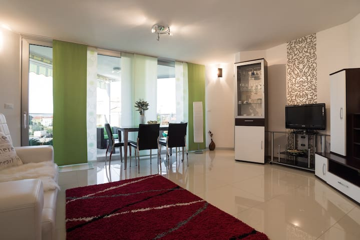 2-bedroom Apartment With a Terrace - Novigrad - Lejlighed