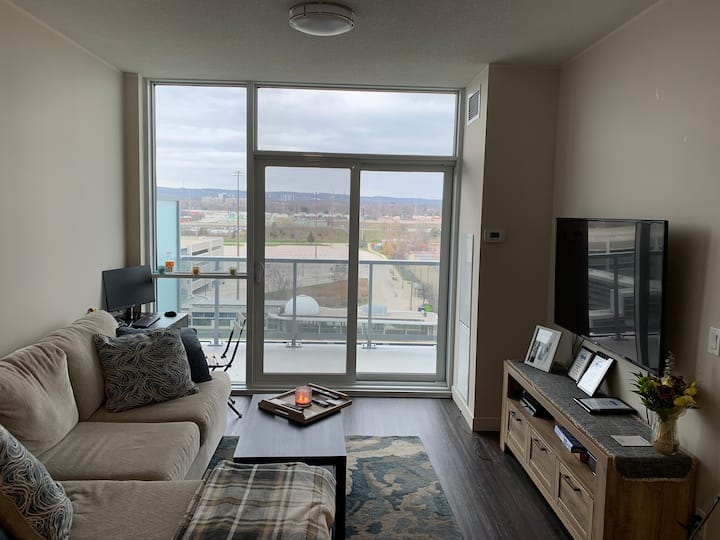 Beautiful 577sqft condo Burlington week or month!