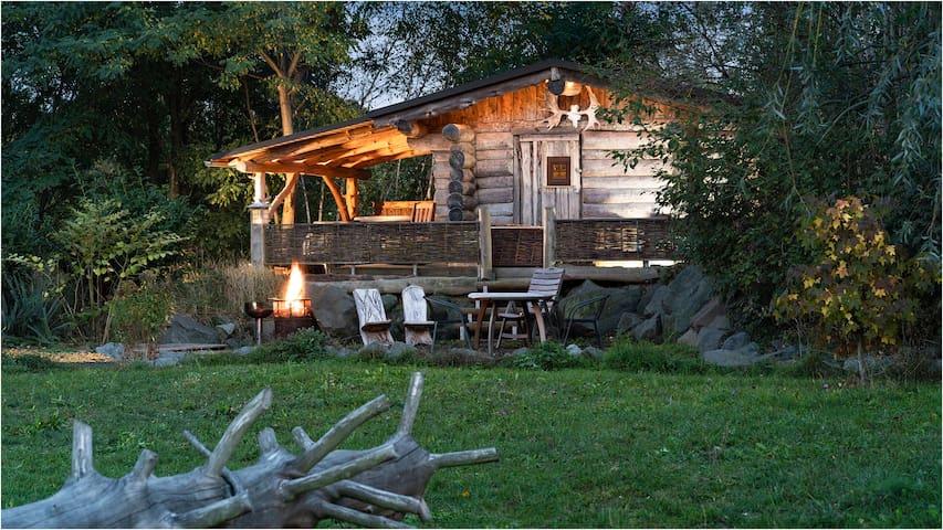 Blockhütten im Grünen am Teich mit Feuerstelle