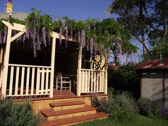 Charming leafy retreat 20 minutes by train  to CBD