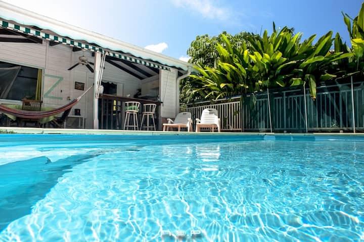 Bungalow avec piscine au coeur d'un jardin créole