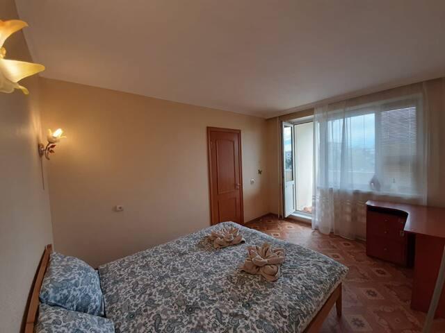Спальная комната с выходом на лоджию.