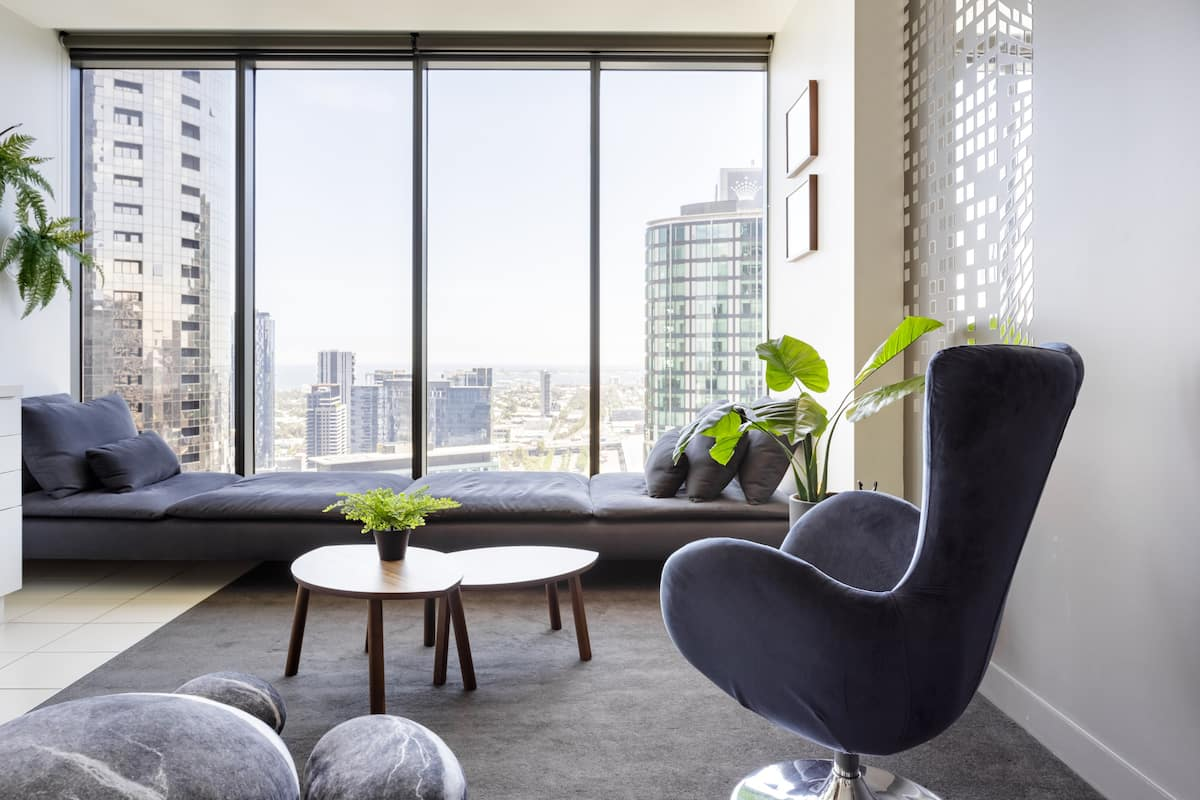 Stylish High Rise Apartment with City Views and Free Parking