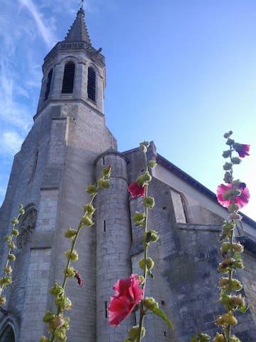 La remarquable Église de Sarrant au petit matin