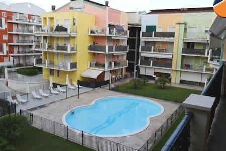 Bilocale in residence con piscina  100 mt dal mare - Apartamento