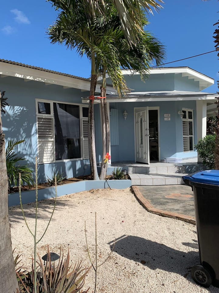 Beautiful house 2 minutes to the beach.6 Persons