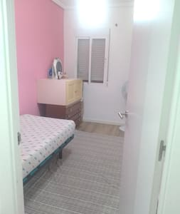 Una habitación compartiendo piso.