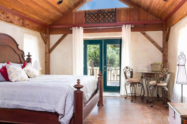 Absolutely Charming Ritter Haus, Secluded Hill Country Setting with Hot Tub!