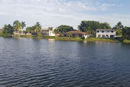 Family Home Pembroke Pines, Private Room or House - Пемброк-Пайнс