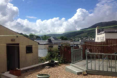 Central Portree with a view of the Cuillins. - Bed & Breakfast