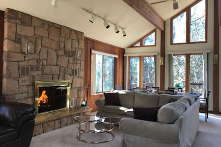 Bright and Beautiful - 8 person Jacuzzi, fireplace - Bushkill