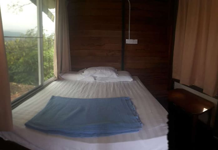 Nature Couple Queen Bed @ Rasa Sayang Cottage - Kota Kinabalu