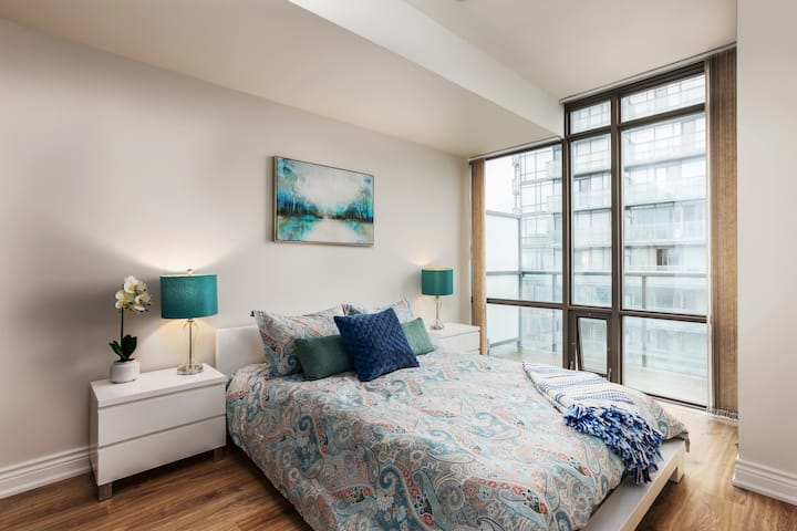 Relax in a Bright Sub-Penthouse Downtwon Bay St