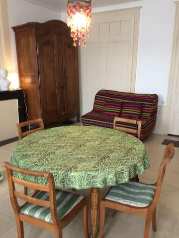 intérieur avec armoire-penderie et canapé BZ avec très bon couchage