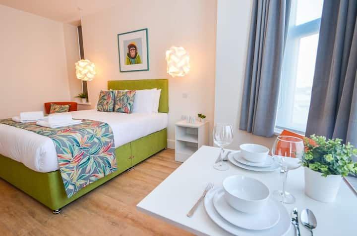 Cosy 1 bed studio with WiFi and all the essentials - The Sammy in the New Talbot House Aparthotel