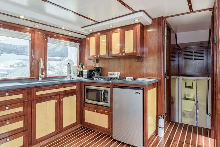 43' Luxury fishing yacht in friendly quaint marina